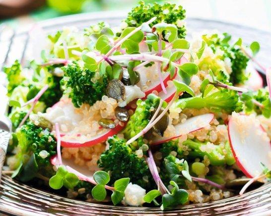 Shutterstock nuotr./Kruopų ir žalumynų salotos