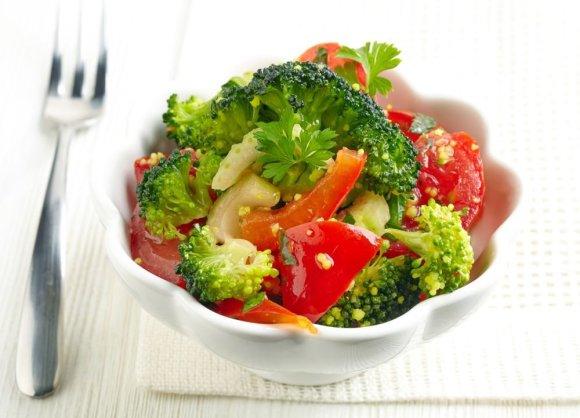 Fotolia nuotr./Šviežios brokolių ir pomidorų salotos