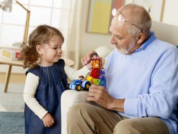 Senelis ir mažylė.