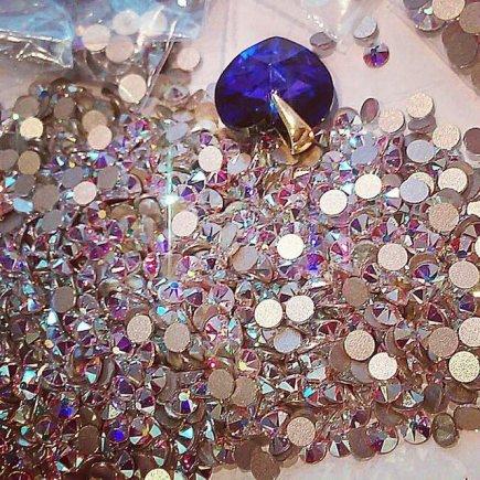 Asmeninio albumo nuotr./Indrės Burlinskaitės svarovskiai, kuriais bus papuoštas jos bikinis