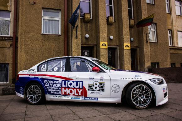 Emilijos Plaščinskaitės nuotr./Prie kolegijos durų stovintis BMW ne studentų parkavimo akibrokštas – tai paskaitos pavyzdinė medžiaga