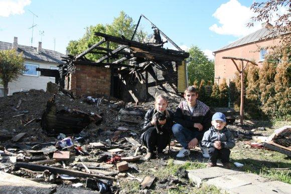 Alvydo Januševičiaus nuotr./Jauna šeima po gaisro nenuleidžia rankų – nori atkurti savo namus