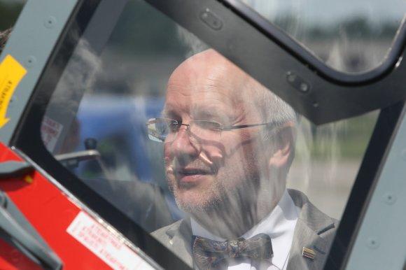 """Alvydo Januševičiaus nuotr./Juozas Olekas. Visuomenei pristatytas sraigtasparnis """"Dauphin"""""""