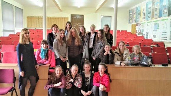 Asmeninio archyvo nuotr./D.Karnauskaitė (kairėje) su paauglėmis ir jų mokytoja