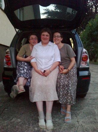Asmeninio archyvo nuotr./Jolita Šarkaitė (viduryje) su seserimis