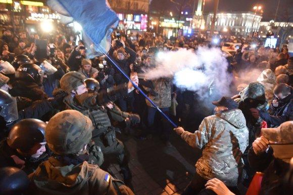 "AFP/""Scanpix"" nuotr./Kijeve mėginta įsiveržti į rusiško banko ""Alfa-Bank"" pastatą"