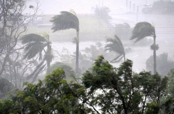 """""""Reuters""""/""""Scanpix"""" nuotr./Australijos šiaurės rytinę pakrantę talžo galingas ciklonas Debė"""