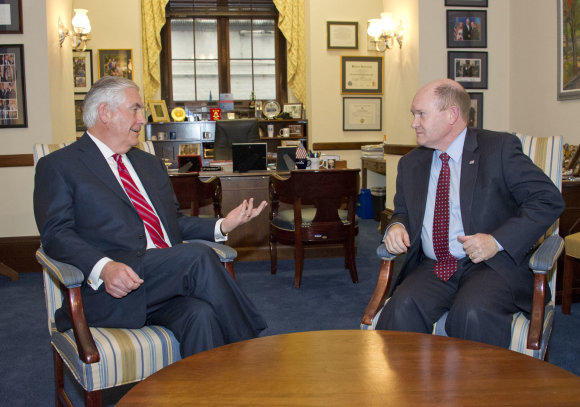 """""""Scanpix""""/""""Sipa USA"""" nuotr./Rexo Tillersono ir senatoriaus Christopherio Coonso susitikimas"""