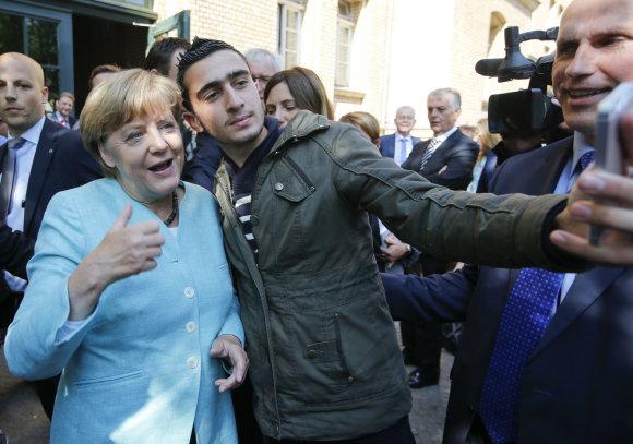 """""""Reuters""""/""""Scanpix"""" nuotr./A.Modamani fotografuojasi su A.Merkel"""