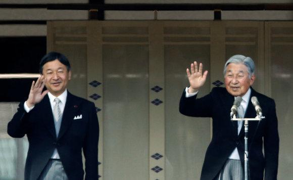 """""""Reuters""""/""""Scanpix"""" nuotr./Japonijos sosto įpėdinis princas Naruhito (kairėje) ir jo tėvas, imperatorius Akihito"""