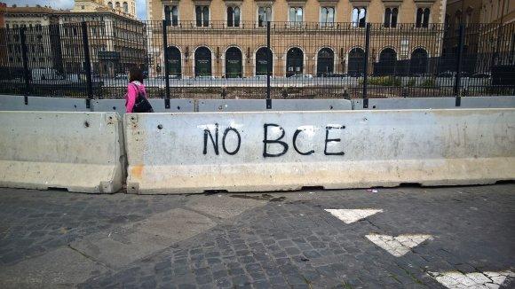 """Pauliaus Jurkevičiaus nuotr./Centrinėje miesto aikštėje skelbiama: """"Ne BCE (Europos centriniam bankui, – red.)"""""""