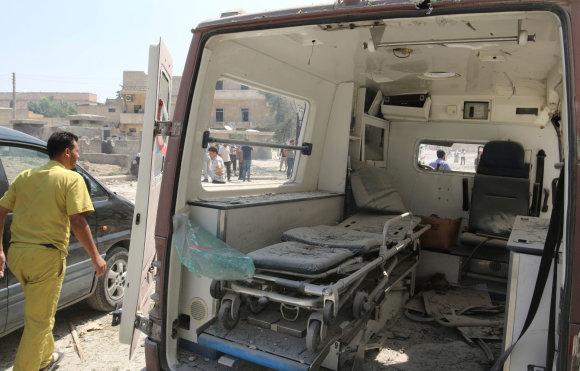 """""""Reuters""""/""""Scanpix"""" nuotr./Sunaikintas greitosios pagalbos automobilis"""