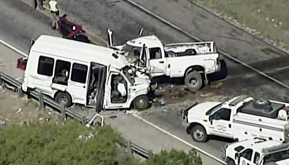 """""""Scanpix""""/AP nuotr./Teksase susidūrė bažnyčios autobusas ir sunkvežimis"""