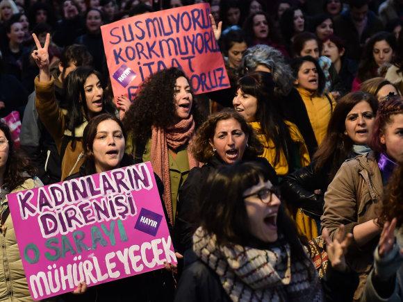 """AFP/""""Scanpix"""" nuotr./Beveik pusė balsavusių turkų pasisakė prieš konstitucines permainas"""
