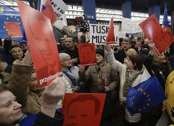 """""""Scanpix""""/AP nuotr./D.Tuską Varšuvos traukinių stotyje pasitiko rėmėjų minia"""