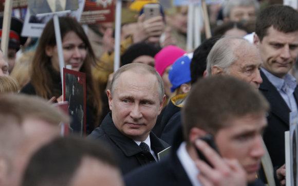 """""""Reuters""""/""""Scanpix"""" nuotr./V.Putinas vėl prisijungė prie """"Nemirtingojo pulko"""" eisenos dalyvių"""