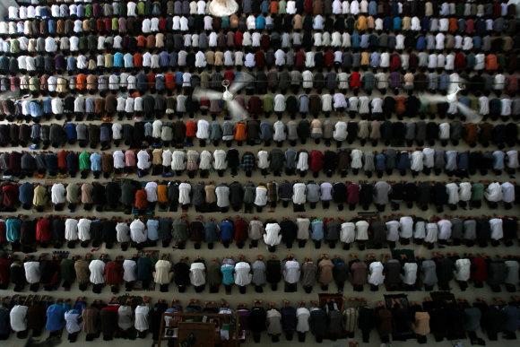 """""""Scanpix""""/""""Xinhua""""/""""Sipa USA"""" nuotr./Dienos metu per Ramadaną pasninkaujama ir meldžiamasi"""