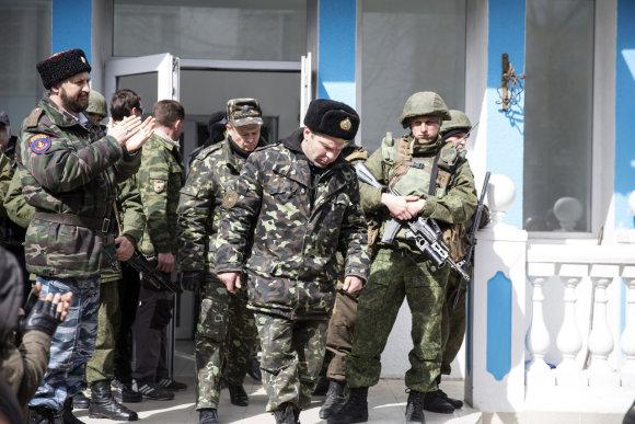 """""""Reuters""""/""""Scanpix"""" nuotr./Rusų karių lydimas ukrainietis palieka bazę Kryme"""