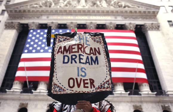 """""""Reuters""""/""""Scanpix"""" nuotr./Protestuotojo plakatas skelbia: """"Amerikos svajonė baigėsi"""""""