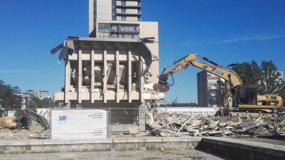 """Pauliaus Grinkevičiaus nuotr./Griaunamas apleistas pastatas, vietoje kurio statys """"Lidl"""" parduotuvę"""