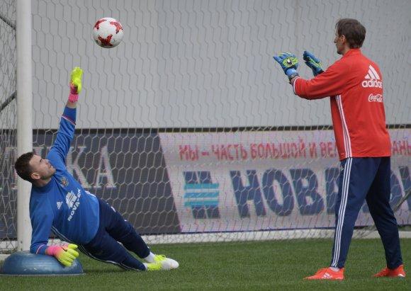 """""""Scanpix"""" nuotr./Gintaras Staučė (dešinėje) treniruoja I.Akinfejevą."""