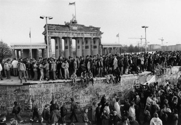 Barbara Klemm nuotr./ Berlyno sienos griūtis, 1989 m. lapkričio 10 d.