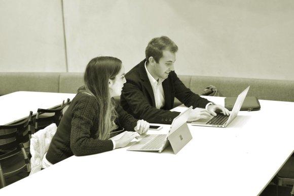 """Asmeninio archyvo nuotr./""""Desk Research Group"""" darbo aplinka"""
