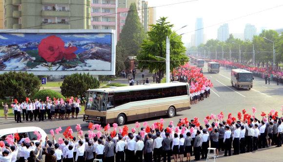 X02538/Naujosios Šiaurės Korėjos raketos kūrėjai Pchenjane pasveikinti kaip didvyriai