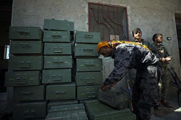 X03675/Sirijos kovotojai iškrauna ginklų dėžes