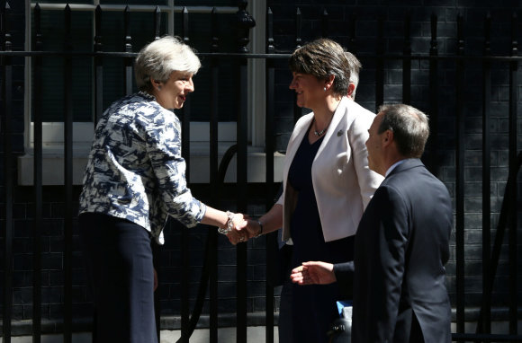 """Reuters""/""Scanpix"" nuotr./Theresa May ir Arlene Foster"