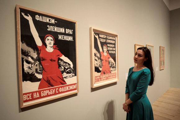 """""""Reuters""""/""""Scanpix"""" nuotr./""""Fašizmas – didžiausias moters priešas. Visi į kova su fašizmu!"""" rašoma ant Ninos Vatolinos plakato."""