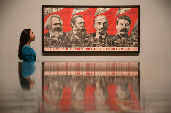 """AFP/""""Scanpix"""" nuotr./Plakatas, kuriame vaizduojamas Karlas Marksas, Friedrichas Engelsas, Vladimiras Leninas ir Josifas Stalinas."""
