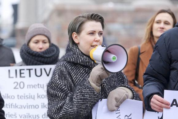 Irmanto Gelūno / 15min nuotr./Mitingas  dėl greitesnių pokyčių vaikų apsaugos nuo smurto srityje