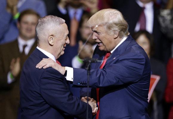 """""""Scanpix""""/AP nuotr./Jamesas Mattisas (kairėje) ir Donaldas Trumpas"""