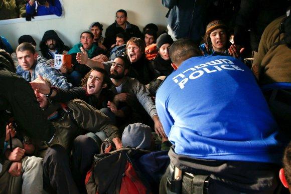 """""""Reuters""""/""""Scanpix"""" nuotr./Nelegalūs žydų naujakuriai prievarta iškeldinami iš Vakarų Kranto"""