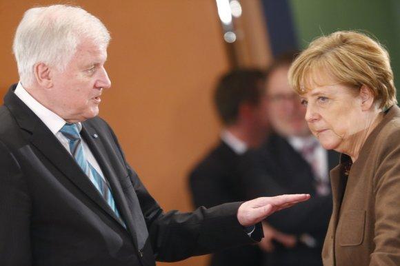 """""""Reuters""""/""""Scanpix"""" nuotr./Horstas Seehoferis ir Angela Merkel"""