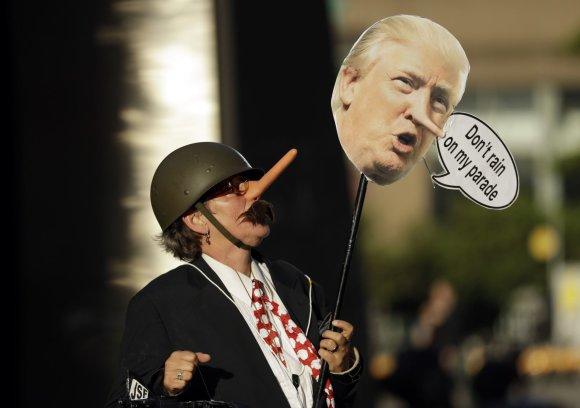 """""""Scanpix""""/AP nuotr./Briuselyje keli tūkstančiai žmonių protestavo prieš Trumpo vizitą"""