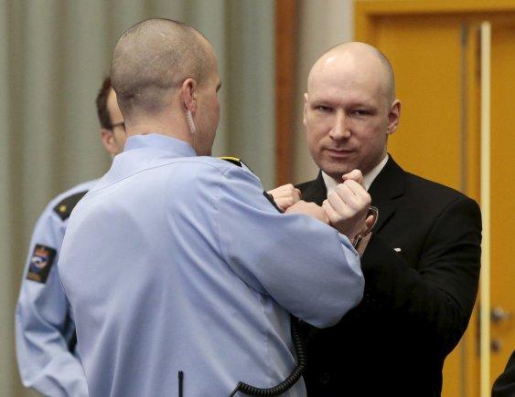 """""""Reuters""""/""""Scanpix"""" nuotr./Norvegijoje į teismo posėdį atvykęs ekstremistas Breivikas pademonstravo nacių pasisveikinimą"""
