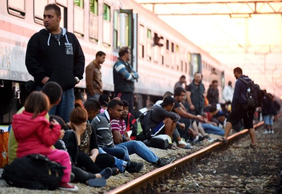 """AFP/""""Scanpix"""" nuotr./Migrantai mėgina įsėsti į traukinius prie Kroatijos sienos"""