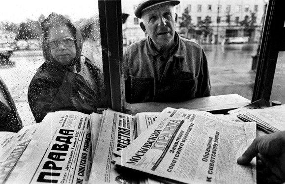 """AFP/""""Scanpix"""" nuotr./1991 metų rugpjūčio 20-ąją eilė prie spaudos kiosko"""