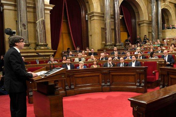 """AFP/""""Scanpix"""" nuotr./Carlesas Puigdemontas sako kalbą Katalonijos parlamente."""