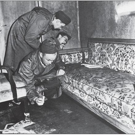 Vida Press nuotr./1945 m. birželį JAV tyrėjai prie sofos, ant kurios nusižudė A.Hitleris ir E.Braun