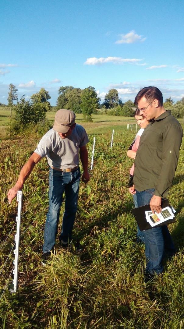 Asm. archyvo nuotr./Andrius Laurinavičius su ūkininku apžiūri gyvulių aptvarus