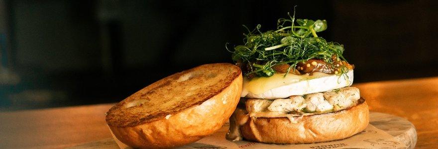 """""""Vilkmergės"""" ambasadorius rekomenduoja: gaivus, sultingas ir švelniai aštrus """"Drama Burger"""" mėsainis"""