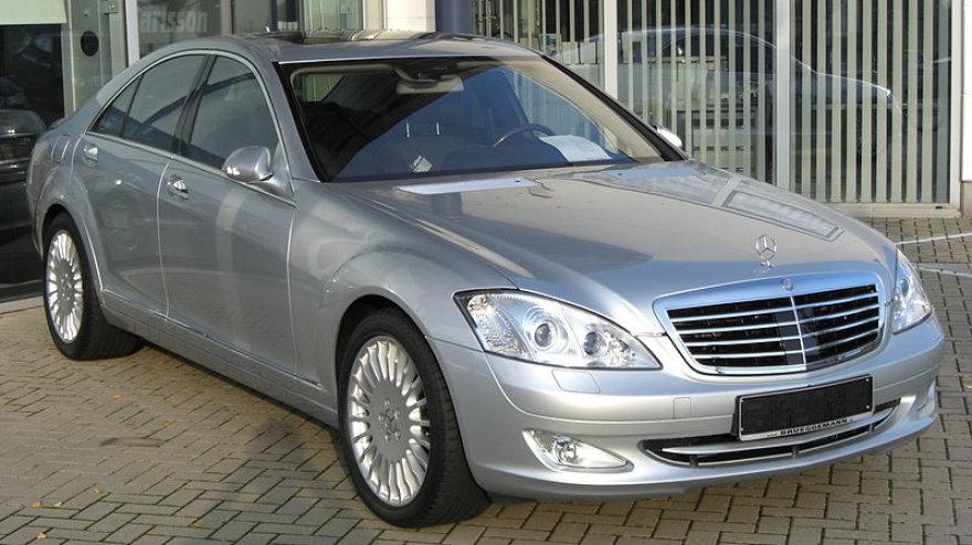 "S klasės ""Mercedes-Benz"" automobilis"