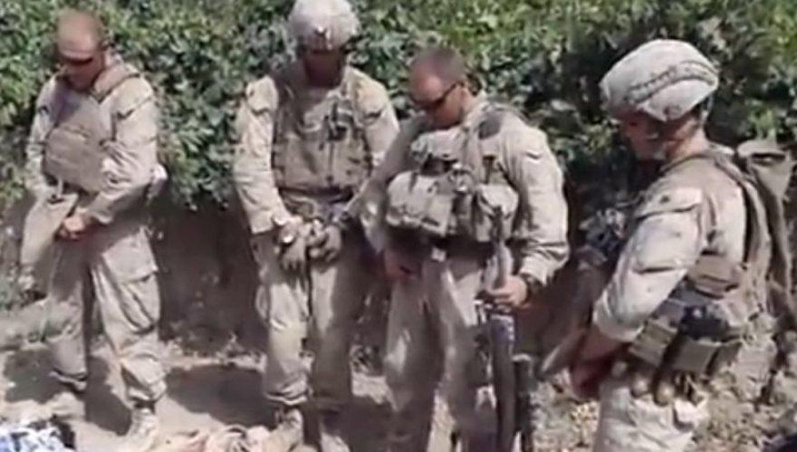 Amerikiečių jūrų pėstininkai šlapinasi ant Talibano kovotojų lavonų