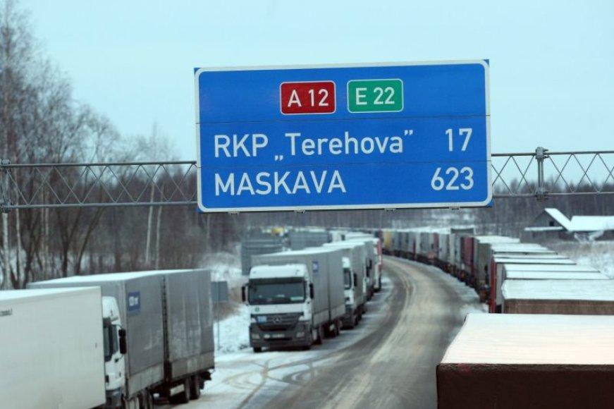 """Lietuvos vežėjų asociacijos """"Linava"""" duomenimis, sekmadienio rytą Terechovo pasienio poste laukė apie 1300 vilkikų, dar maždaug 600 vilkikų stovi Grebnevo pasienio poste."""
