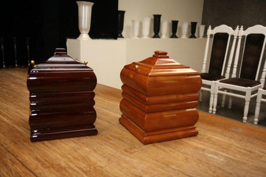 Urnų kremuotiems palaikams galima nusipirkti kone kiekvienoje laidojimo agentūroje, tačiau jų saugojimas – pačių gyventojų reikalas.