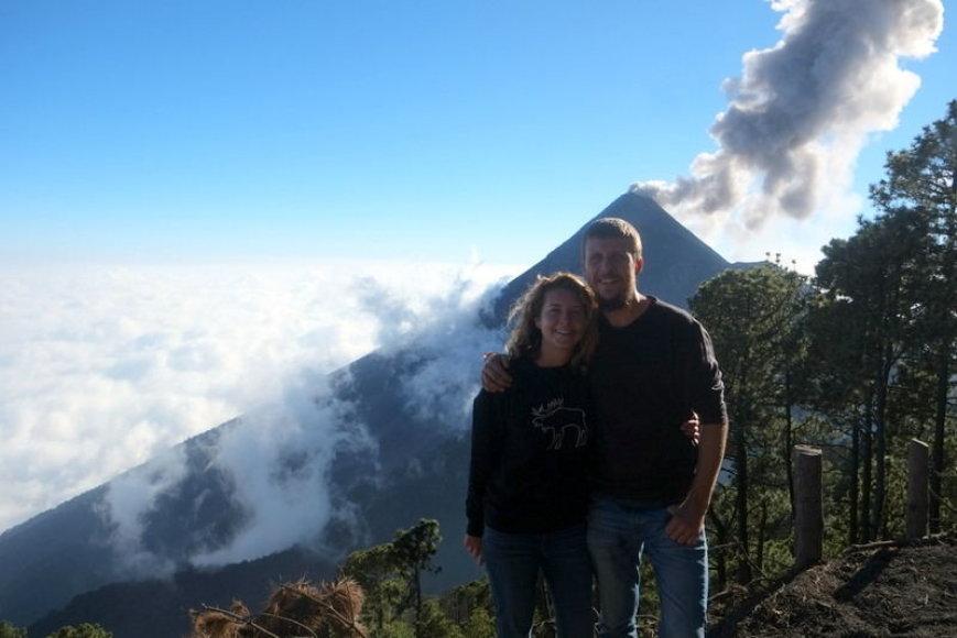 Gediminas ir Ernesta. Už jų nugarų – vienas aukščiausių Gvatemalos ugnikalnių Acatenangas