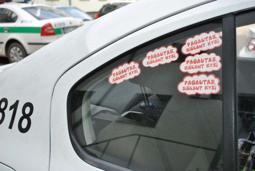 Antikorupcinės akcijos lipdukais papuošti policijos tarnybiniai automobiliai